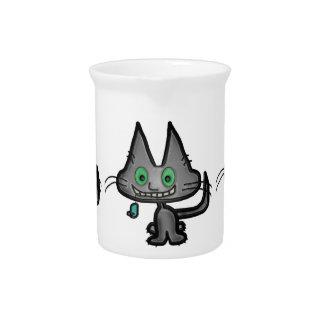 El gatito tiene un ratón del juguete jarras de beber