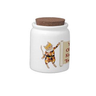 El gatito trata el tarro con los gatitos del Harle Jarras Para Caramelos
