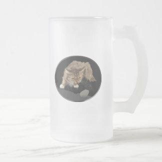 El gatito vicioso del tigre acecha un ratón taza de cristal