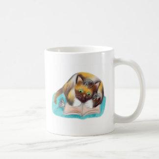 El gatito y los ratones son ratones de biblioteca taza de café
