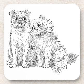 El gato abraza hasta perro posavaso