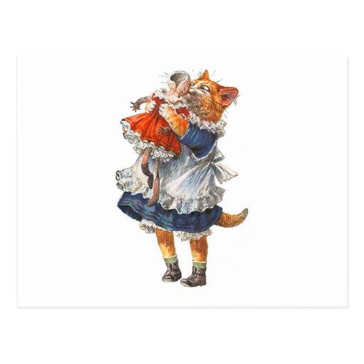 El gato adorable del gatito abraza su muñeca quebr tarjetas postales