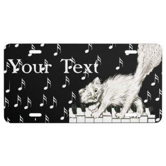 El gato blanco en piano cierra notas de la música placa de matrícula