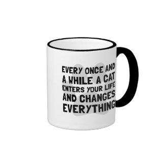 El gato cambia todo taza de dos colores