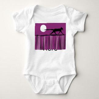 El gato cena hacia fuera mameluco de bebé