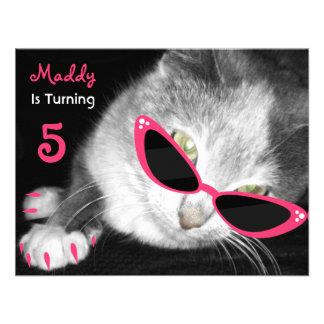 El gato con la fiesta de cumpleaños de las gafas d comunicados personales