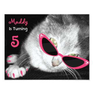 """El gato con la fiesta de cumpleaños de las gafas invitación 4.25"""" x 5.5"""""""