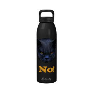 El gato cruzado divertido dice no botellas de beber
