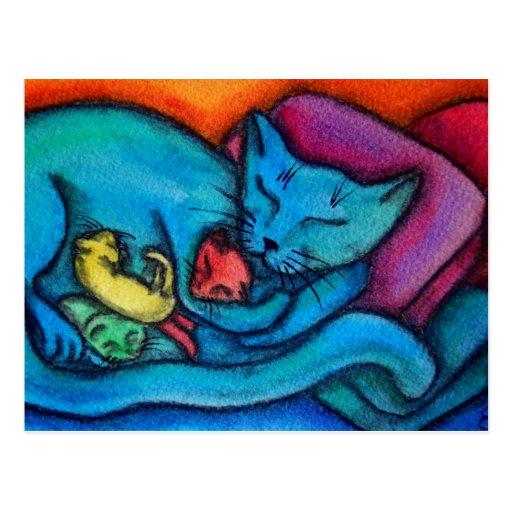 El gato de la mamá ama sus gatitos postales