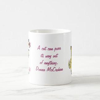 El gato de la mermelada persigue mantecoso taza de café