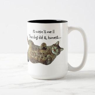 ¡El gato de mentira, el perro lo hizo!! Taza De Dos Tonos