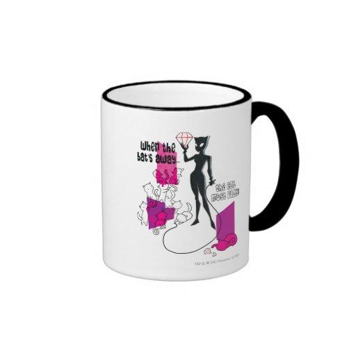 El gato debe jugar tazas de café
