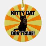 El gato del gatito no cuida adorno de reyes