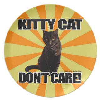 El gato del gatito no cuida plato de comida