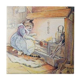 El gato del gatito se sienta por el fuego azulejo cuadrado pequeño