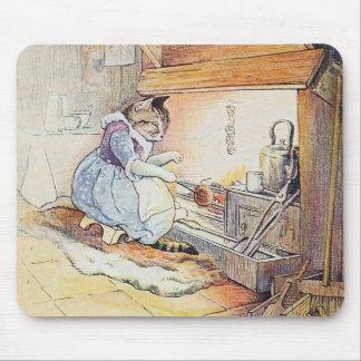 El gato del gatito se sienta por el fuego tapetes de raton