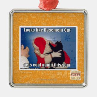 El gato del sótano consigue el carbón ornamento para arbol de navidad