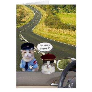 El gato/el gatito divertidos manda la tarjeta de c