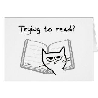 El gato enojado desafía a aficionados a los libros tarjeta de felicitación