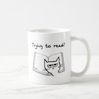 El gato enojado desafía a aficionados a los libros taza básica blanca