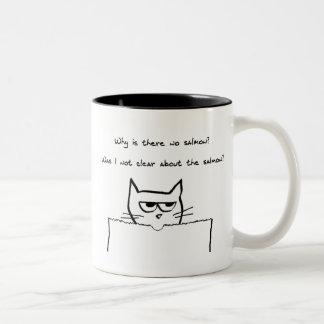 El gato enojado exige salmones tazas de café