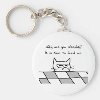 El gato enojado le quiere fuera de cama llavero redondo tipo pin