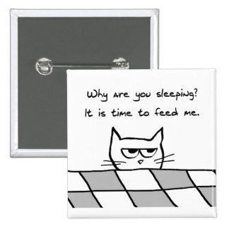 El gato enojado le quiere fuera de cama pin cuadrado