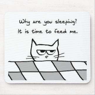El gato enojado le quiere fuera de cama mouse pads