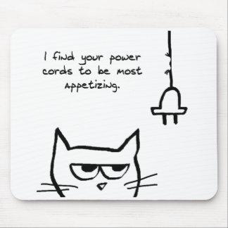 El gato enojado mastica para arriba sus cables elé tapete de ratón