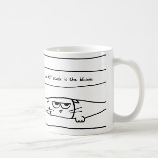 El gato enojado no se pega en las persianas taza básica blanca