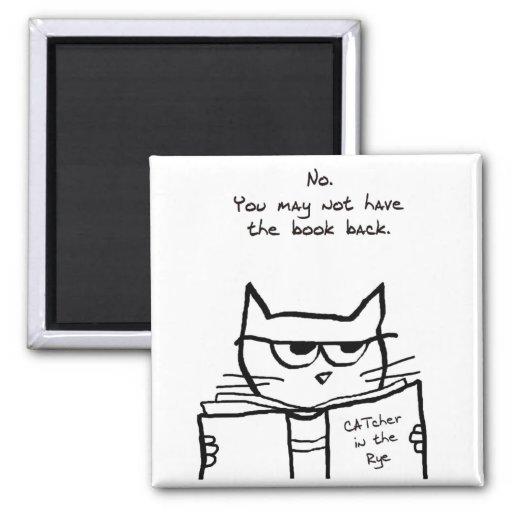 El gato enojado roba su libro imán para frigorífico