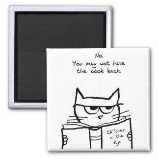 El gato enojado roba su libro imán cuadrado