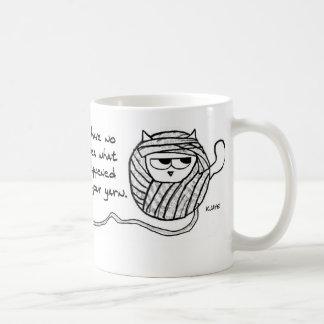 El gato enojado tiene gusto del hilado taza clásica