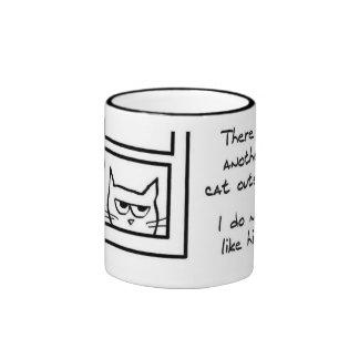 El gato enojado ve otro gato taza a dos colores