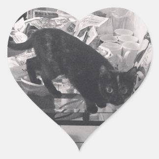 El gato es culpable cogido pegatina en forma de corazón