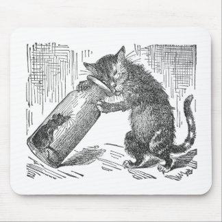 El gato espía el ratón en botella alfombrillas de raton