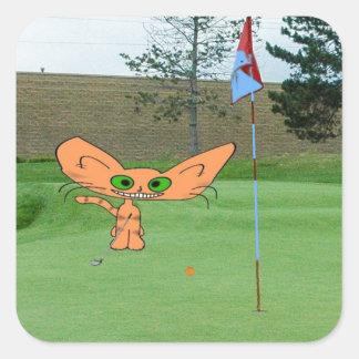 El gato feliz juega a golf