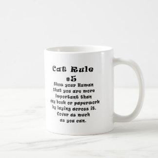 El gato gobierna el número 5 tazas de café