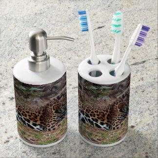 el gato grande del jaguar que lame las patas refre set de baño