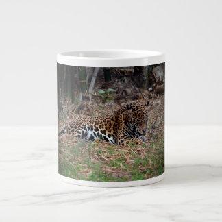 el gato grande del jaguar que lame las patas refre taza jumbo