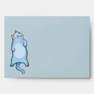 El gato gruñón George raya el sobre de la tarjeta
