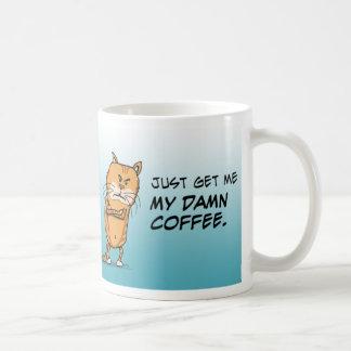 El gato gruñón quiere el café taza de café