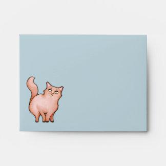 El gato gruñón Sue raya el sobre de la tarjeta de