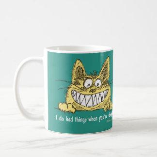 El gato hace malas cosas cuando usted duerme taza
