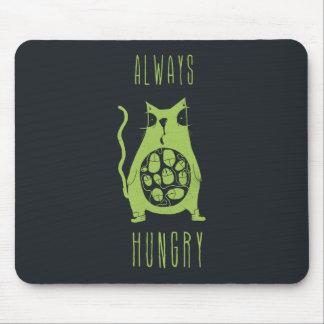 El gato hambriento tiene hambre alfombrillas de ratones