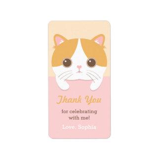 El gato lindo del gatito le agradece las etiquetas etiquetas de dirección