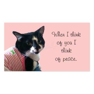 El gato lindo del smoking piensa en tarjetas de vi tarjeta de visita