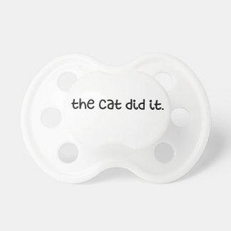 El gato lo hizo chupete de bebe