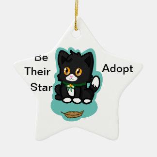 El gato negro adopta adorno para reyes