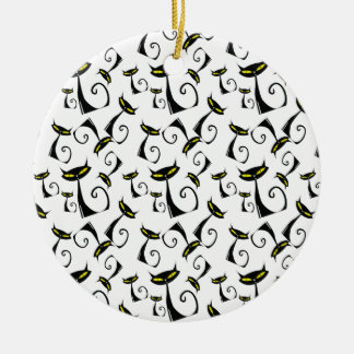 El gato negro con amarillo observa el modelo de Ha Adornos De Navidad